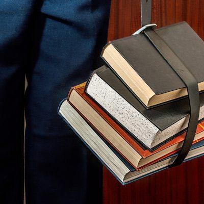 本を持つ姿